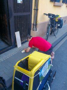 Achim baut einen Gepäckträger für den Croozer Dog Hundeanhänger