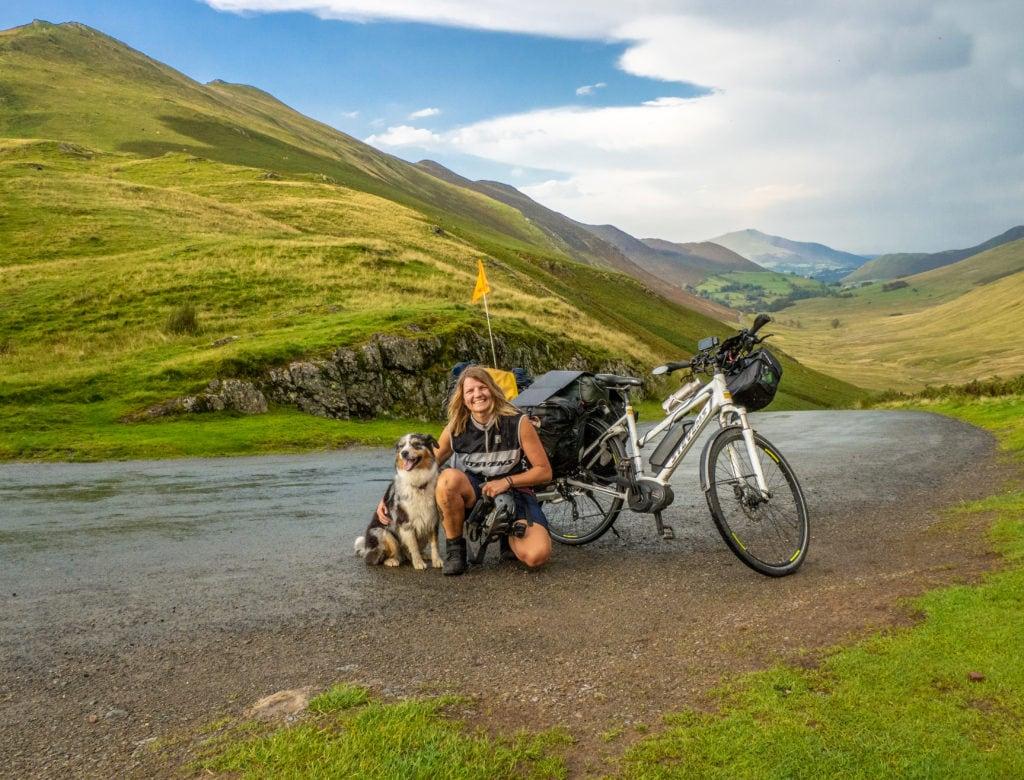Zuri und Iris mit dem E-Bike in Schottland